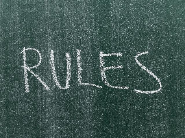 黒板に書かれた「Rules」の文字